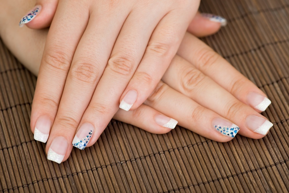 unhas decoradas com strass shutterstock_128460320